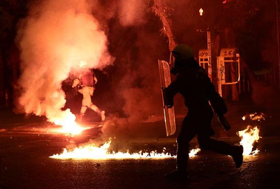 اشتباكات بين الشرطة اليونانية وطلاب فى إحياء الذكرى السنوية لانتفاضة الطلاب