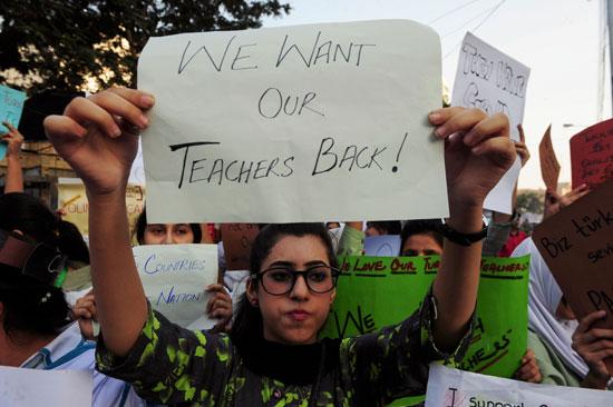 مظاهرات طلابية فى باكستان احتجاجا على ترحيل معلمين أتراك