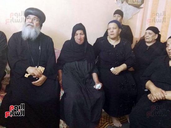 الأنبا مكاريوس الأسقف العام بالمنيا  يزور أسرة مجدى مكين