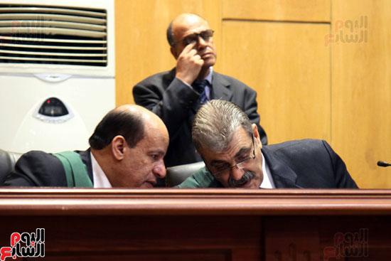 حوار بين رئيس المحكمة والعضو اليمين