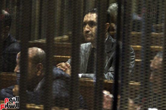 علاء مبارك داخل قفص الاتهام فى قضية البورصة