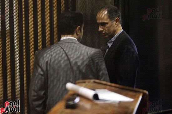 حوار جانبى بين جمال وعلاء مبارك داخل قفص الاتهام