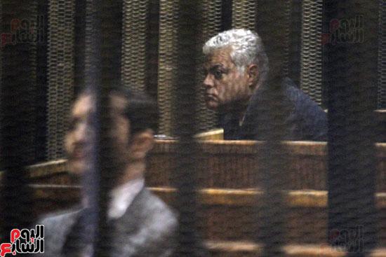 أحد المتهمين داخل قفص الاتهام