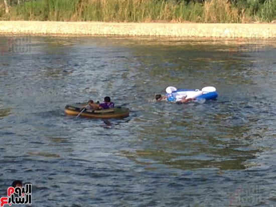 مسابقة قوارب مطاطية بين بعض الشباب