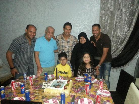 حسنى-عبد-ربه-يحتفل-بعيد-ميلاده-الـ32-مع-أسرته-فى-أبو-صوير-(4)