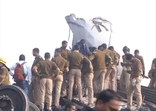 قوات الإنقاذ تحاول انتشال الضحايا وسرعة نقل المصابين