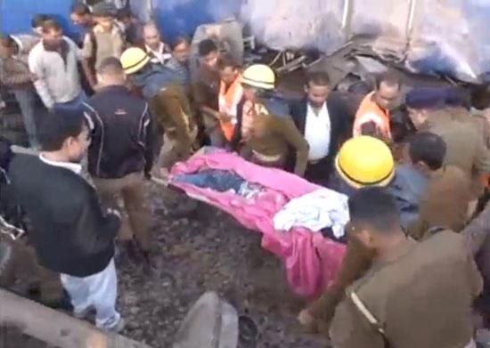قوات الإنقاذ تنتشل أحد الضحايا