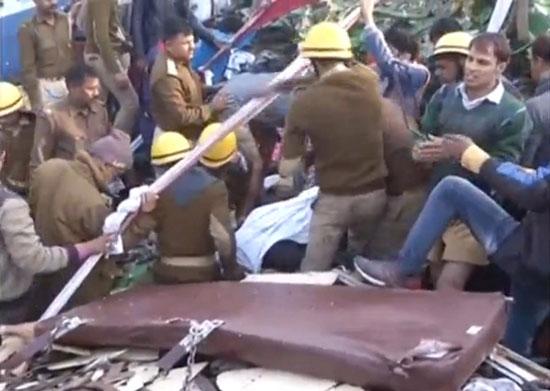 قوات الإنقاذ فى الهند تحاول اسعاف المصابين