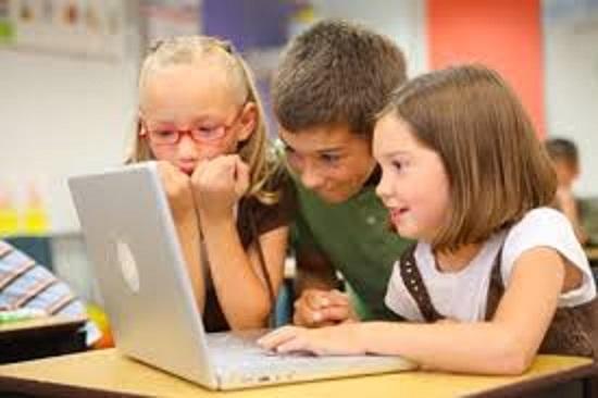 أطفال يتصفحون على الانترنت
