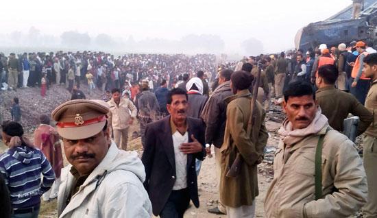 حشد  كبير من المواطنين للمساعدة فى عمليات الانقاذ