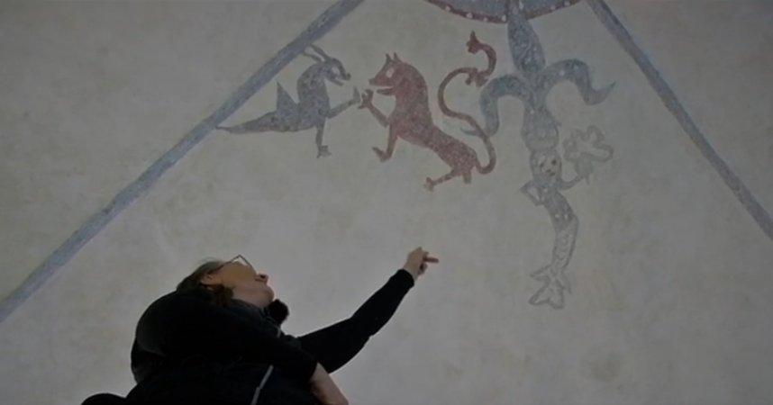 العثور على نقوش فوق سطح كنيسة بالسويد تعود لـ 800 عام  28028-paintingchurchgotland