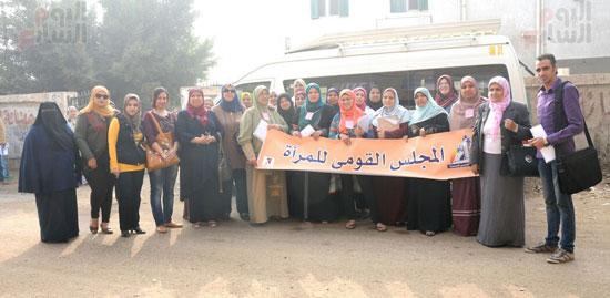 أعضاء القومى للمرأة والرائدات الريفيات المشاركين فى الحملة