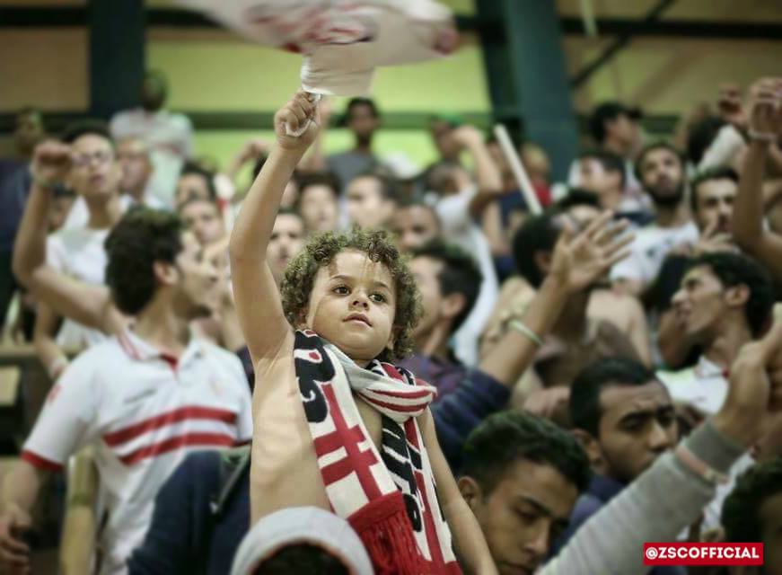 طفل يرفع علم نادى الزمالك