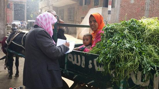 المهندسة سامية عسل مقررة فرع القومى للمرأة بالشرقية أثناء مشاركتها فى الحملة