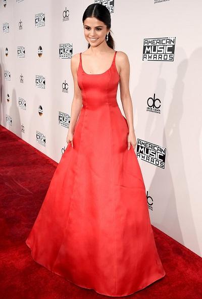 سيلينا جوميز بفستان أحمر من برادا