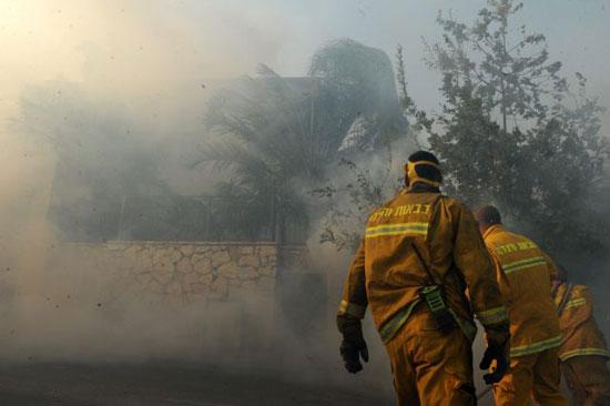 الدفاع المدنى الإسرائيلى يحاول السيطرة