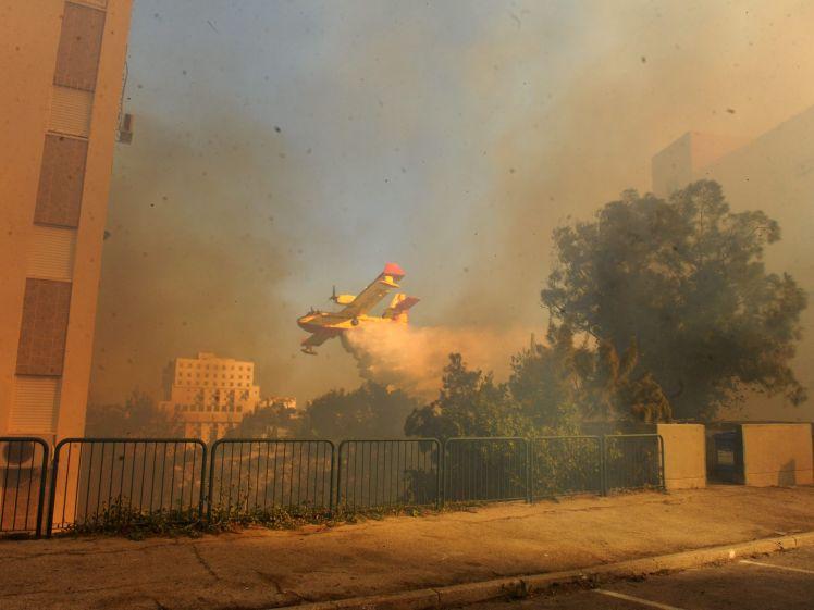 بالصور ...إسرائيل تحترق وتحاول السيطرة على حرائقها دون فائدة