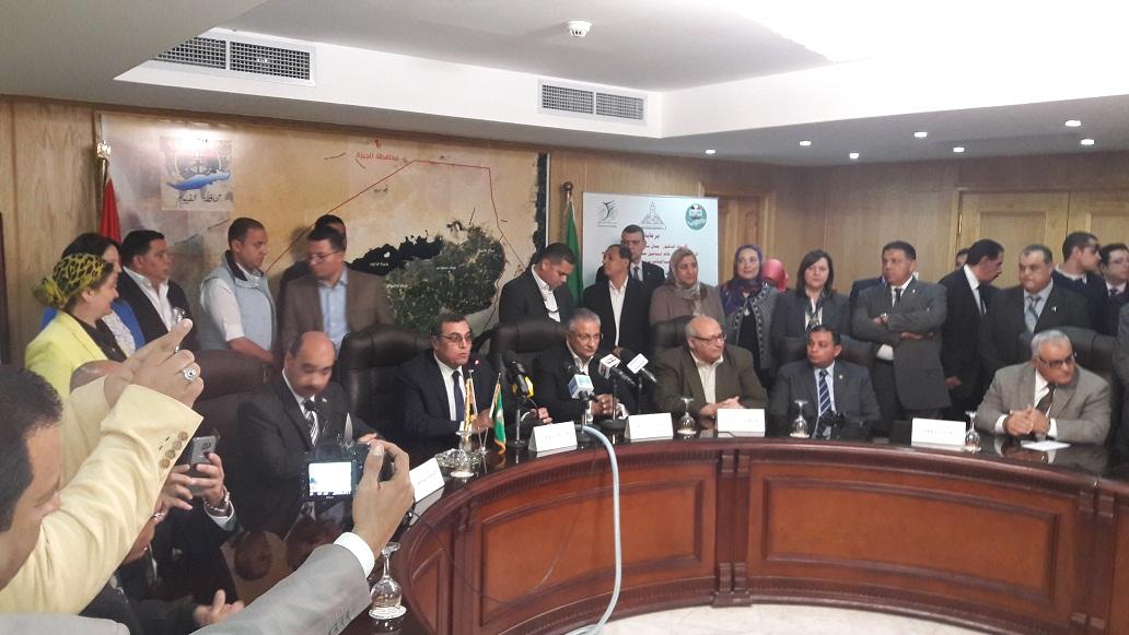 وزير التنمية المحلية ومحافظ الفيوم خلال المؤتمر الصحفي