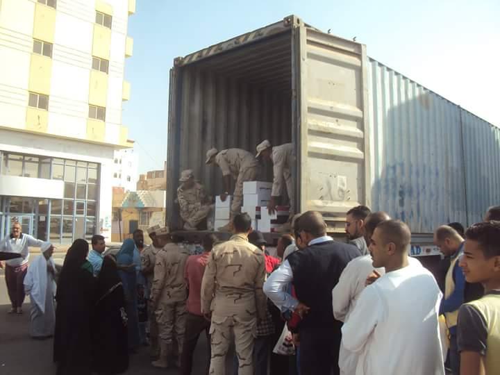 القوات المسلحة توزع كراتين غذائية بالغردقة