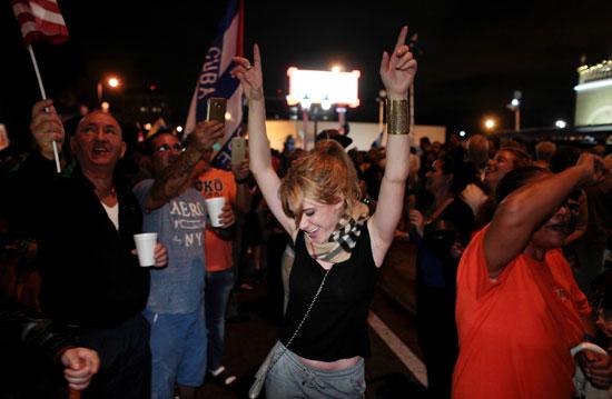 آلاف الكوبيين يحتفلون فى شوارع ميامى بنبأ وفاة قيدل كاسترو (27)