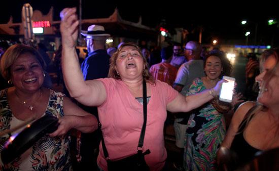 آلاف الكوبيين يحتفلون فى شوارع ميامى بنبأ وفاة قيدل كاسترو (1)