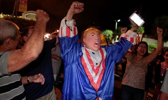 آلاف الكوبيين يحتفلون فى شوارع ميامى بنبأ وفاة قيدل كاسترو (11)