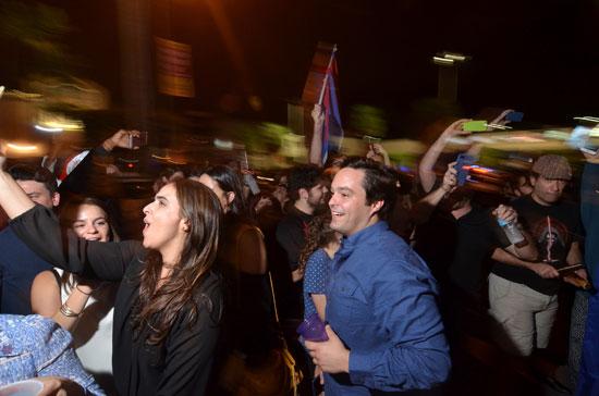 آلاف الكوبيين يحتفلون فى شوارع ميامى بنبأ وفاة قيدل كاسترو (15)