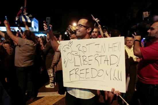 آلاف الكوبيين يحتفلون فى شوارع ميامى بنبأ وفاة قيدل كاسترو (29)