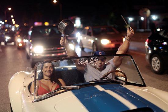 آلاف الكوبيين يحتفلون فى شوارع ميامى بنبأ وفاة قيدل كاسترو (4)