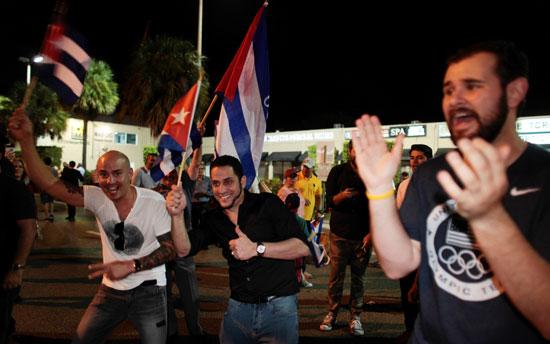 آلاف الكوبيين يحتفلون فى شوارع ميامى بنبأ وفاة قيدل كاسترو (30)