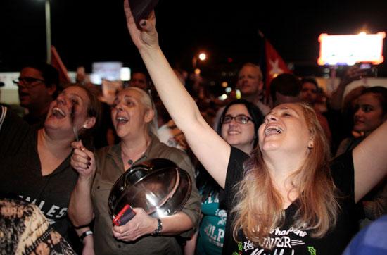 آلاف الكوبيين يحتفلون فى شوارع ميامى بنبأ وفاة قيدل كاسترو (26)