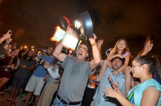 آلاف الكوبيين يحتفلون فى شوارع ميامى بنبأ وفاة قيدل كاسترو (17)