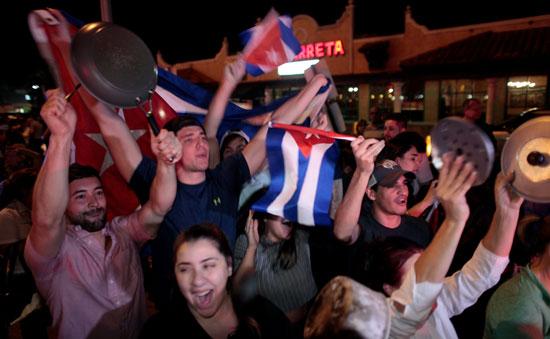 آلاف الكوبيين يحتفلون فى شوارع ميامى بنبأ وفاة قيدل كاسترو (2)