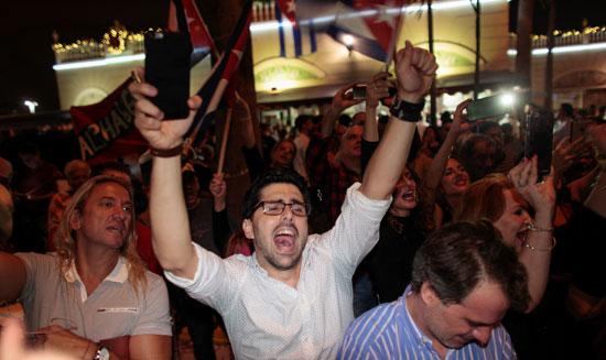آلاف الكوبيين يحتفلون فى شوارع ميامى بنبأ وفاة قيدل كاسترو (25)