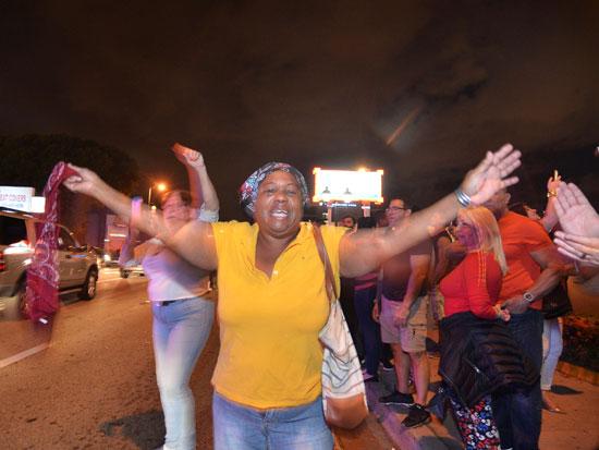 آلاف الكوبيين يحتفلون فى شوارع ميامى بنبأ وفاة قيدل كاسترو (16)