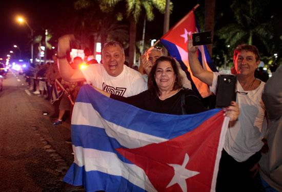 آلاف الكوبيين يحتفلون فى شوارع ميامى بنبأ وفاة قيدل كاسترو (9)