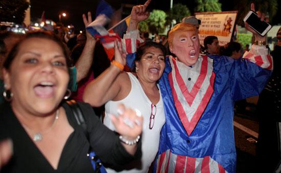 آلاف الكوبيين يحتفلون فى شوارع ميامى بنبأ وفاة قيدل كاسترو (12)