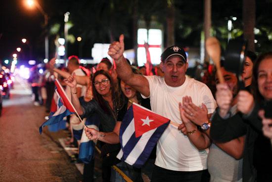 آلاف الكوبيين يحتفلون فى شوارع ميامى بنبأ وفاة قيدل كاسترو (5)