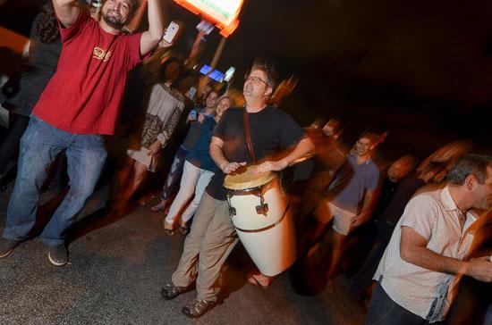 آلاف الكوبيين يحتفلون فى شوارع ميامى بنبأ وفاة قيدل كاسترو (18)
