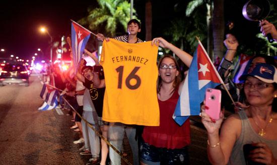 آلاف الكوبيين يحتفلون فى شوارع ميامى بنبأ وفاة قيدل كاسترو (7)
