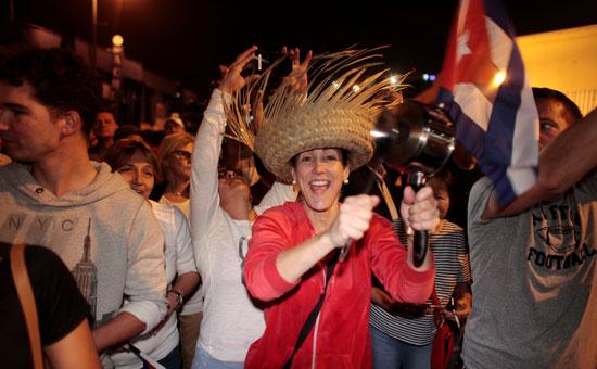 آلاف الكوبيين يحتفلون فى شوارع ميامى بنبأ وفاة قيدل كاسترو (31)