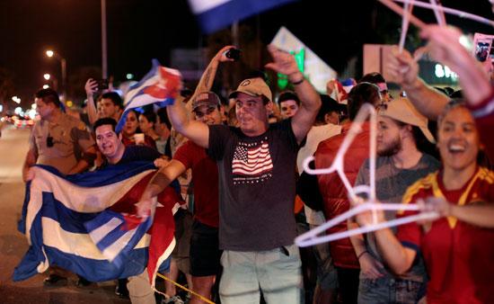 آلاف الكوبيين يحتفلون فى شوارع ميامى بنبأ وفاة قيدل كاسترو (3)