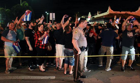 آلاف الكوبيين يحتفلون فى شوارع ميامى بنبأ وفاة قيدل كاسترو (6)