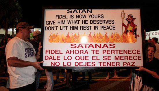 آلاف الكوبيين يحتفلون فى شوارع ميامى بنبأ وفاة قيدل كاسترو (28)