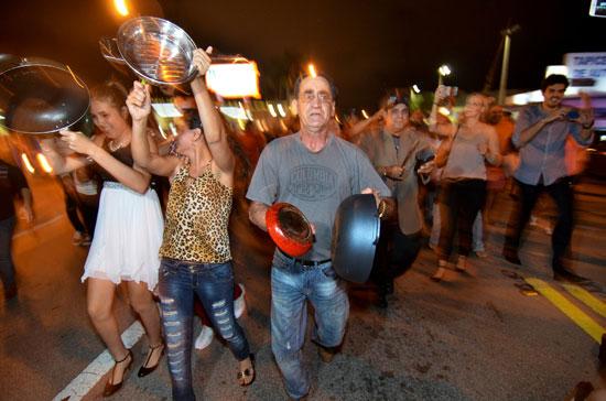 آلاف الكوبيين يحتفلون فى شوارع ميامى بنبأ وفاة قيدل كاسترو (21)