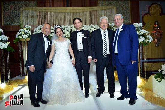 المستشار مرتضى منصور والإعلامى أحمد موسى يتوسطهما العروسان