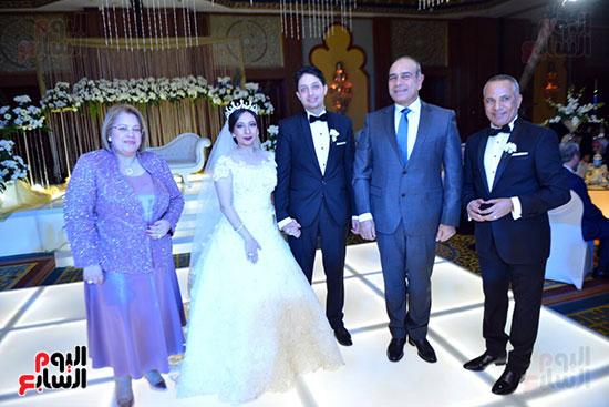 جانب من الحضور مع العروسان والاعلامى أحمد موسى