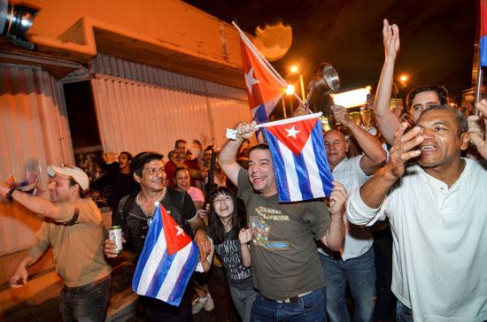آلاف الكوبيين يحتفلون فى شوارع ميامى بنبأ وفاة قيدل كاسترو (22)