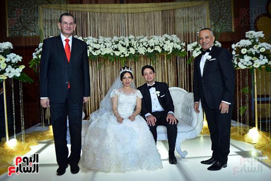 العروسان وسط الاهل