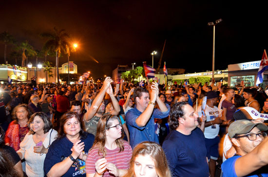 آلاف الكوبيين يحتفلون فى شوارع ميامى بنبأ وفاة قيدل كاسترو (24)